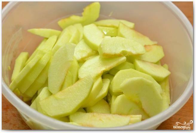 Нарезаем яблоки тонкими дольками и сбрызгиваем их лимонным соком. Это делается для того, чтобы они не потемнели.
