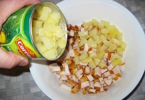 К курице добавьте кусочки ананаса.
