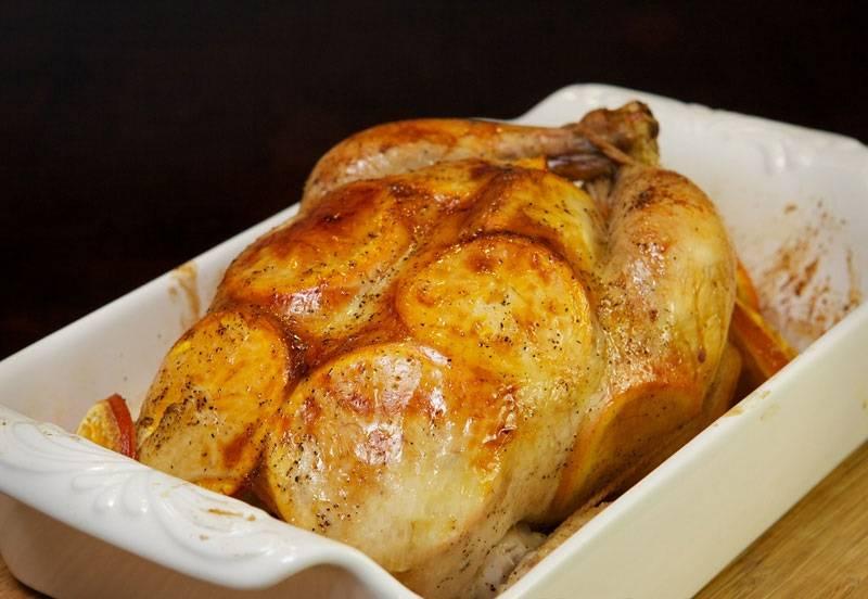 9. Вот и весь рецепт. Теперь курица под сладким соусом в домашних условиях отправляется в духовку и запекается до румяной корочки. В процессе можно подливать соус на спинку, чтобы птица была сочнее и вкуснее.