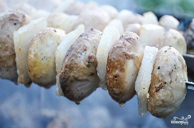 Затем нанизываем поочередно грибы и сало и можно наш шашлык начинать жарить.