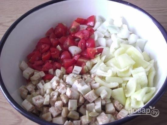 3.Репчатый лук очищаю от шелухи и нарезаю кусочками, перец мою и очищаю от семян, затем нарезаю кусочками, в миску складываю все измельченные овощи и перемешиваю.