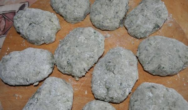 Из полученного фарша сформируйте котлеты. Затем обваляйте их в муке или панировочных сухарях. Выложите котлеты на противень, запекайте в духовке 30 минут, температура 180 градусов.