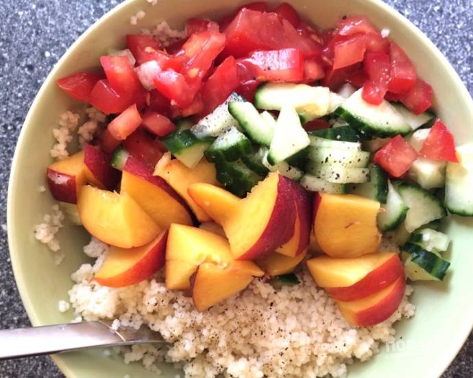 Вымойте все овощи и персики. Порежьте некрупно помидоры, огурцы и фрукты, соедините их с разбухшим кускусом, соком половинки лимона, поперчите. Я еще добавляю немного нарезанного чили.