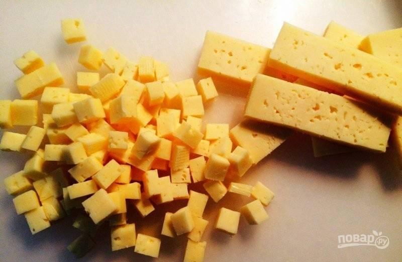 Сыр тоже нарежьте кубиками.