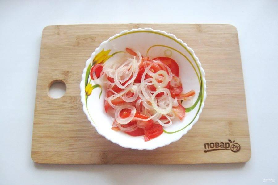 Аккуратно перемешайте все ингредиенты салата.