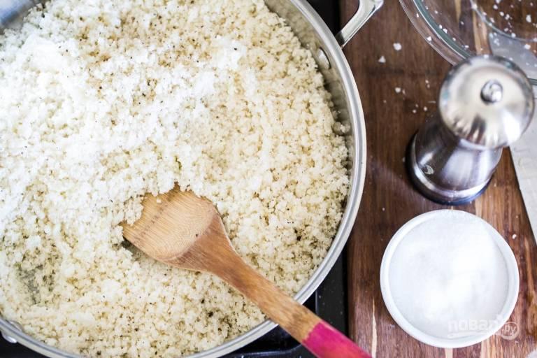 4. На сковороде разогрейте немного масла. Выложите рис и жарьте на среднем огне до румяности. По вкусу добавьте соль, специи, чеснок.