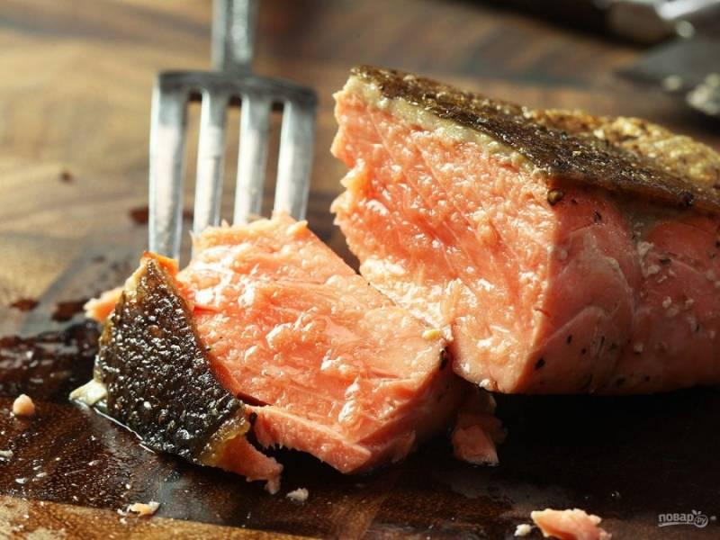6.Переложите рыбу на салфетку, чтобы избавиться от лишнего жира, затем уже переложите на блюдо и подавайте.