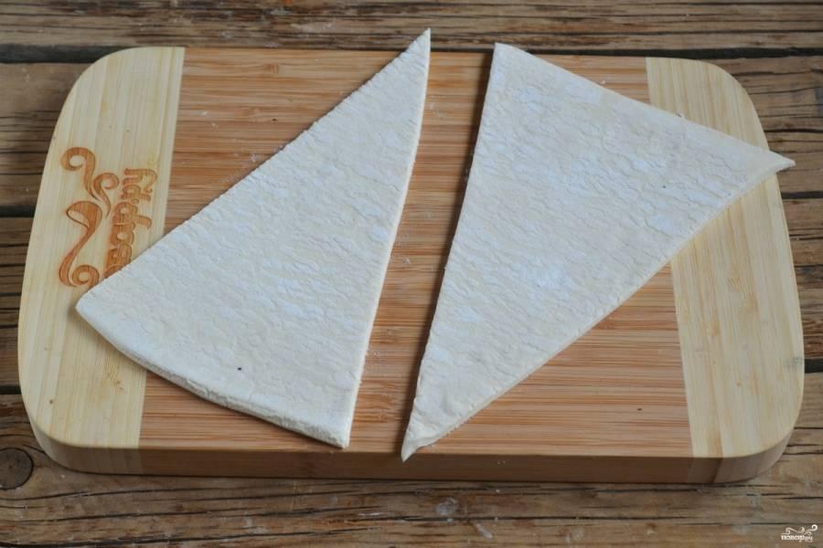 Тесто слегка раскатайте и порежьте на треугольники с острым концом.