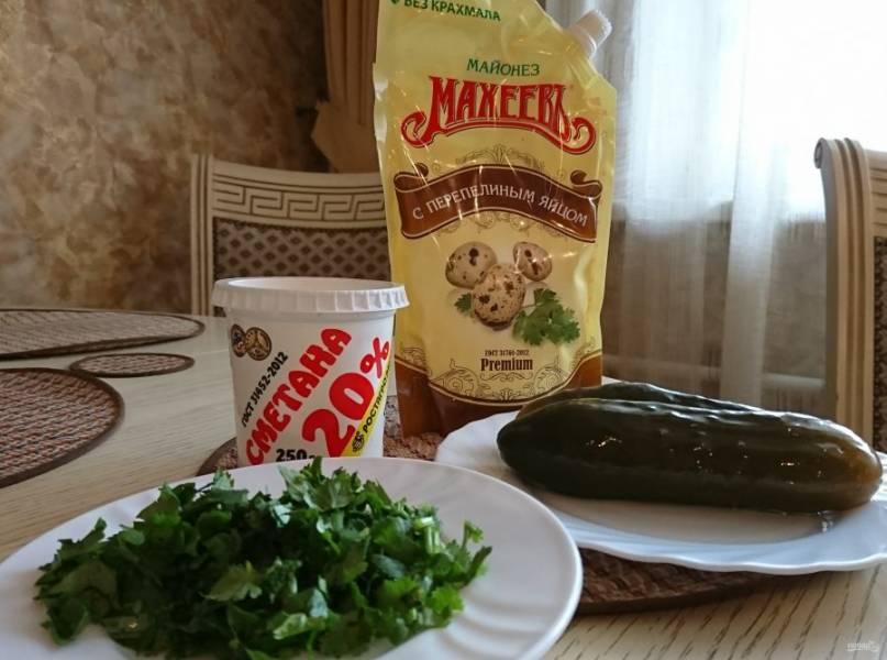 Стейки из красной рыбы посолите, посыпьте специями и сбрызните лимонным соком. Запекайте в духовке минут 20. Чтобы рыба была сочной, закройте форму фольгой. Пока рыба запекается, приготовьте соус тартар. Порежьте мелко зелень, огурцы — тонкой соломкой. Смешайте майонез и сметану. Добавьте зелень и огурцы. Соус готов. Всё очень быстро и просто.