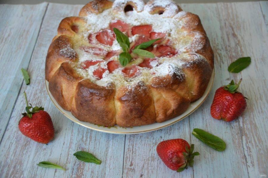 Выпекайте пирог при температуре 180 градусов 50-60 минут, подавайте пирог, когда он полностью остынет. Перед подачей пирог можно присыпать сахарной пудрой. Собирайтесь за вкусным и красивым пирогом для семейного чаепития!