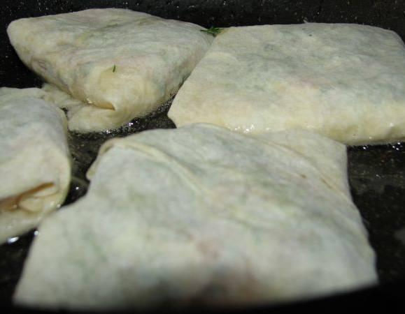 2. Обжарим каждый конвертик со всех сторон на сухой сковороде или в растительном масле.
