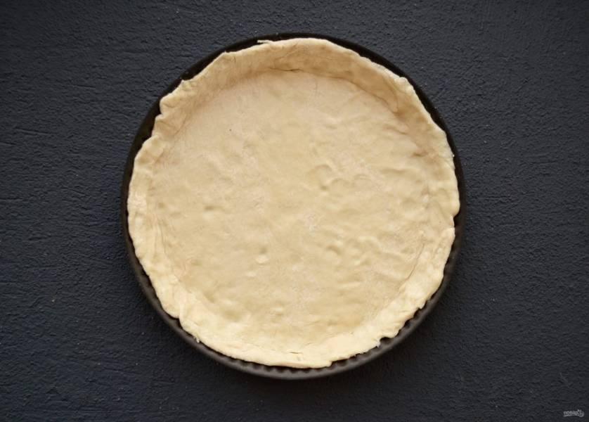 Раскатайте тесто, выложите его в форму для запекания, сформируйте бортики.