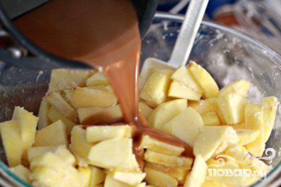5. Смешать сливки, анис, измельченный имбирь, гвоздику, палочки корицы и мускатный орех в небольшой кастрюле и довести до кипения. Снять с огня и дать настояться в течение, по крайней мере, 20 минут. Процедить смесь в чистую небольшую кастрюлю и нагреть на слабом огне, пока смесь не будет напоминать карамель. Объединить сахар, воду и уксус в средней кастрюле на сильном огне и варить, не перемешивая, до глубокого янтарного цвета, около 8 минут. Медленно добавить сливки и перемешать. Вылить 1/2 карамели над яблоками, перемешать. Дать постоять, помешивая время от времени, около 10 минут. Добавить ставшуюся карамель.