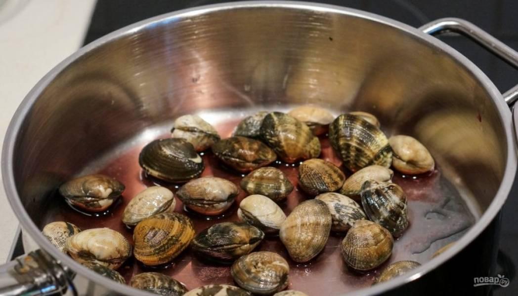 10.В сковороду налейте 2-3 столовые ложки вина и добавьте мидии.
