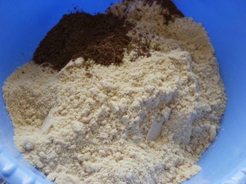 Измельчите печенье в мелкую крошку. Добавьте к нему какао.