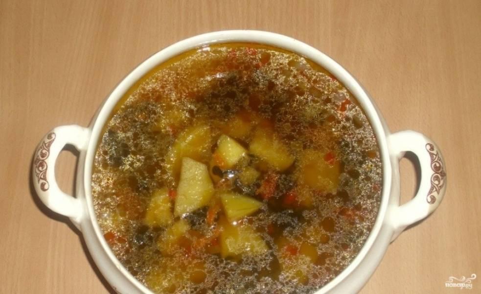 4. Осталось еще раз доведите суп до кипения, выключите огонь и дайте ему настояться еще полчаса. А потом суп можно уже подавать!