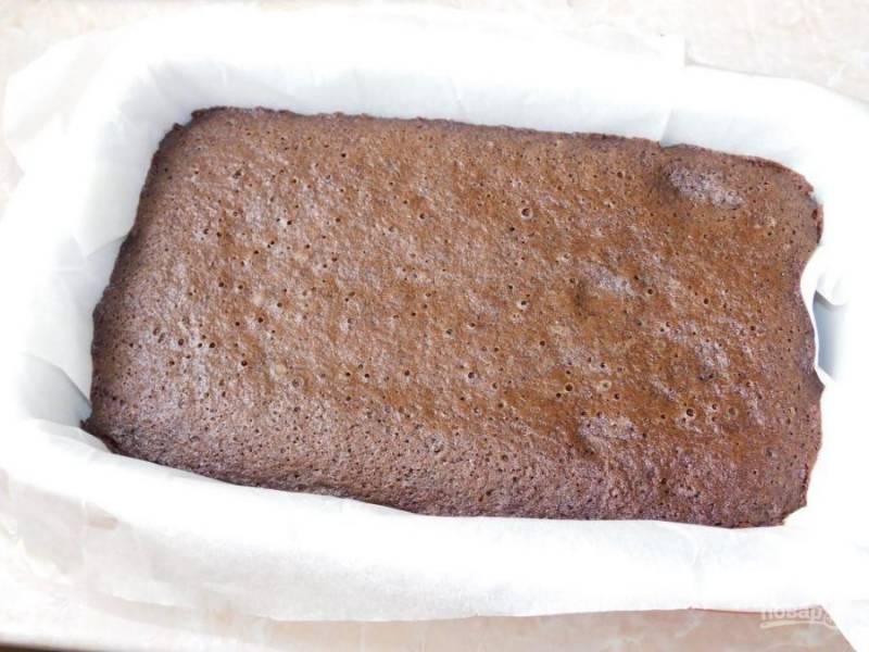 Вылейте тесто в форму для выпечки и поставьте в духовку, разогретую до 180 градусов на 30 минут.