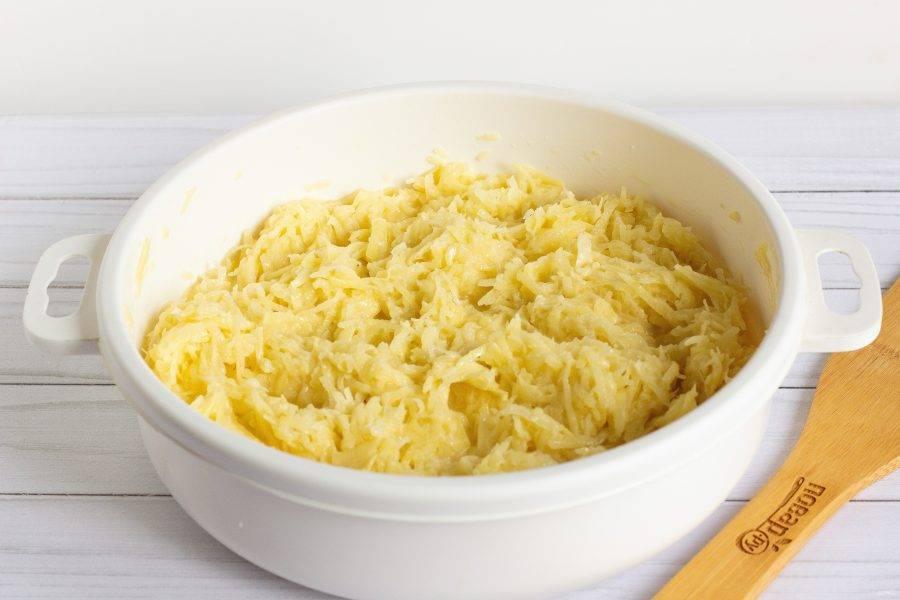 Добавьте в картофельную массу сметану, яйца, муку. Всё хорошо перемешайте и посолите по вкусу.