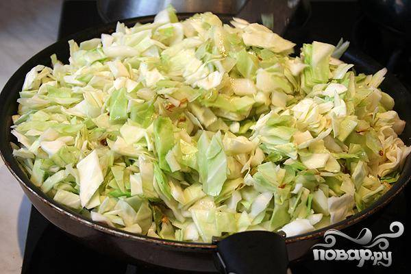 3.Приготовим капусту, нарезав ее небольшими кубиками. В фарш добавляем нарезанную капусту и немного обжариваем.