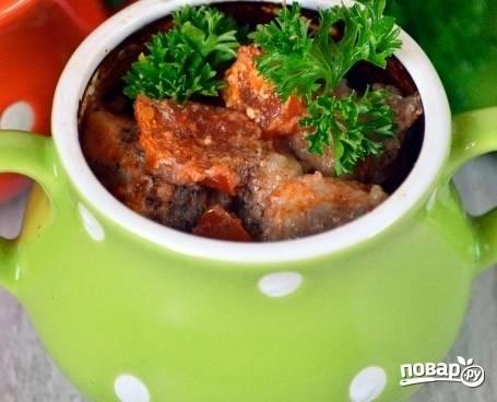 Отправляем горшочек в холодную духовку затем включаем, температуру выставляем 200 градусов и готовим минут 40-45. Подавайте свинину, украсив зеленью прямо в горшочках.