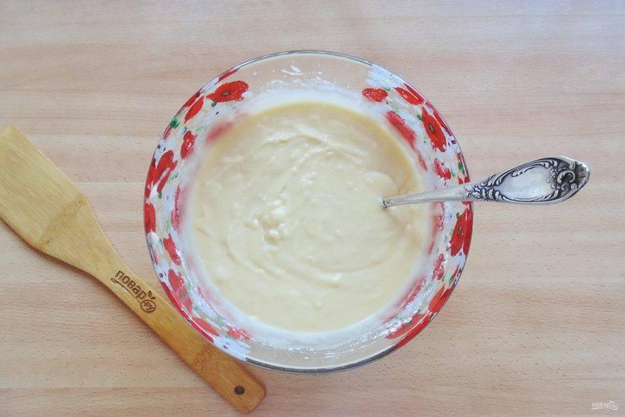Замесите однородное тесто, по консистенции как густая сметана.