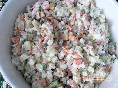 Выкладываем все подготовленные ингредиенты в  миску, солим и добавляем майонез, смешанный со сметаной. Размешиваем.
