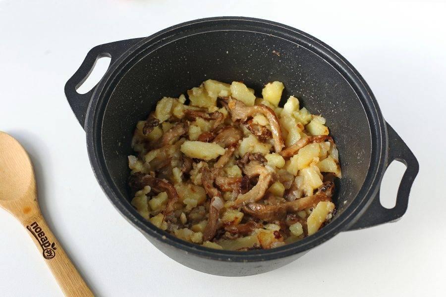 В процессе перемешиваем не более 2-3 раз и если необходимо, подливаем масло. Соль и молотый перец добавьте в самом конце, буквально за 5-7 минут до готовности блюда.