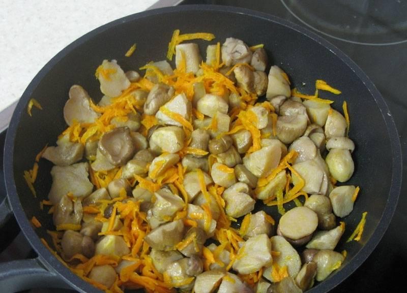 2. Лук и морковь измельчаем и обжарим на растительном масле вместе с грибочками.