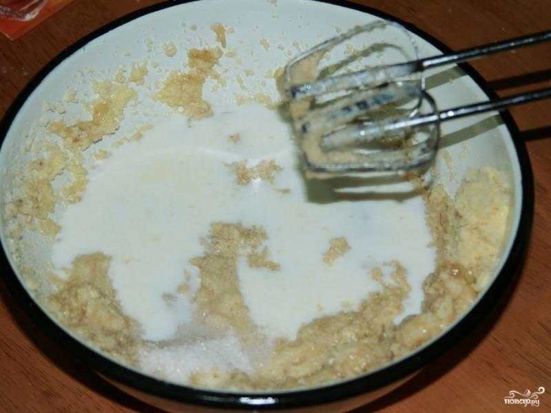 Затем вливаем молоко, добавляем щепотку соли и ванильный сахар. Взбиваем.