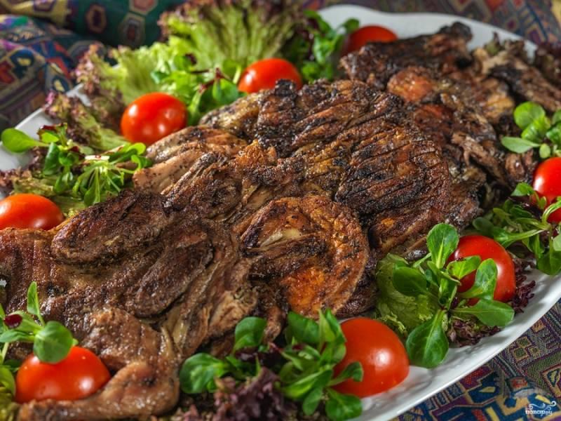 Готового цыпленка табака классического подавайте на блюде из свежей зелени, с овощами, а также соусом, например, гранатовым. Приятного аппетита!