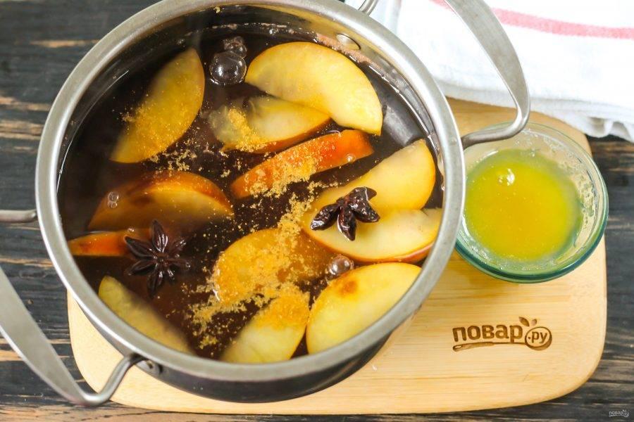 Спустя указанное время добавьте палочки корицы, звездочки бадьяна и мед. Мед не станет канцерогенном, он просто добавит напитку сладость.