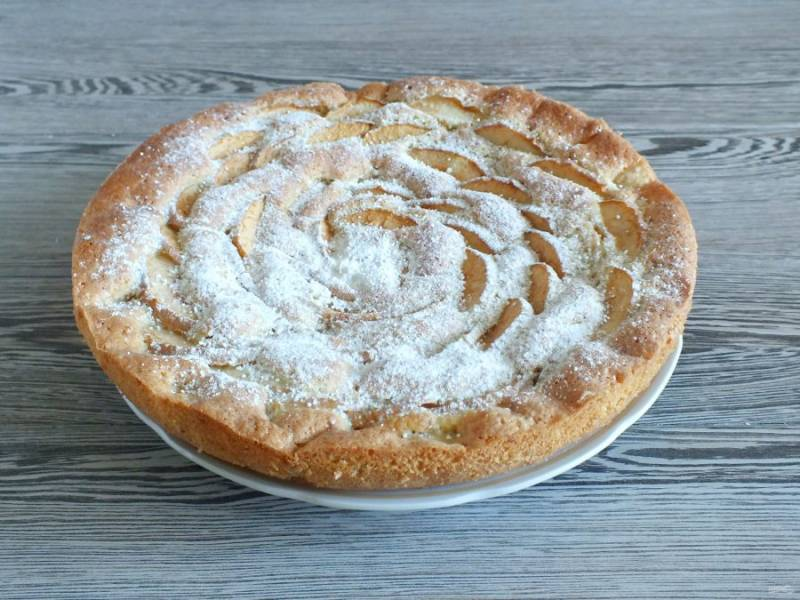 Переложите пирог на блюдо, присыпьте сахарной пудрой по желанию.