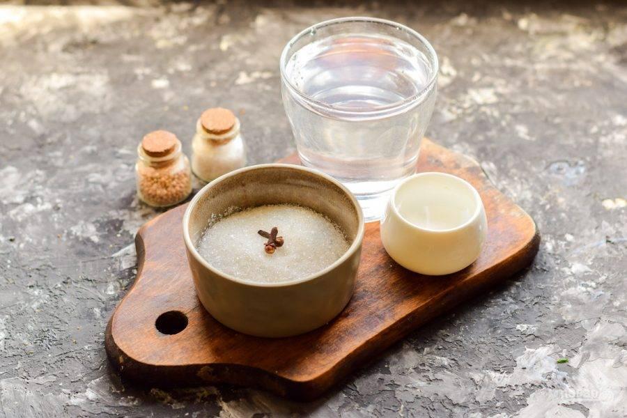 Приготовьте рассол из воды, соли, сахара, перца и гвоздики. Кипятите воду пару минут, добавьте немного уксуса. Остудите рассол.