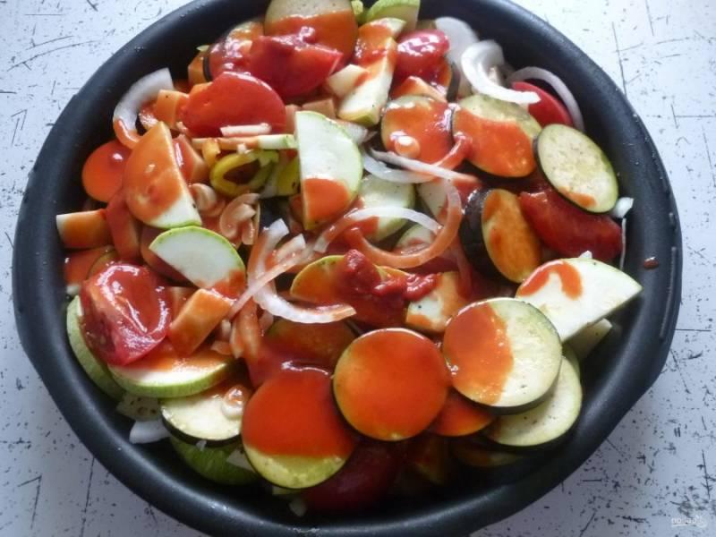 Томатную пасту разведите стаканом кипятка, залейте овощи. Полейте овощи оливковым маслом и поставьте в духовку (180°) на 1,5 часа.