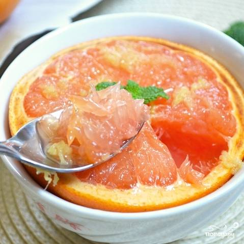 Мякоть запеченных грейпфрутов кушаем чайной ложкой. Приятного аппетита!