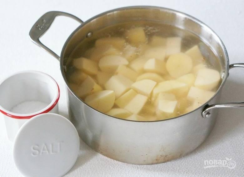 2. Очистите и нарежьте картофель, поставьте на огонь. После закипания подсолите и варите на среднем огне до мягкости.
