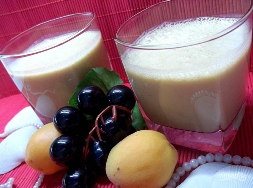 7. Из указанных ингредиентов получается два полных стакана напитка. Если готовите только для себя, то возьмите всех ингредиентов в половину.