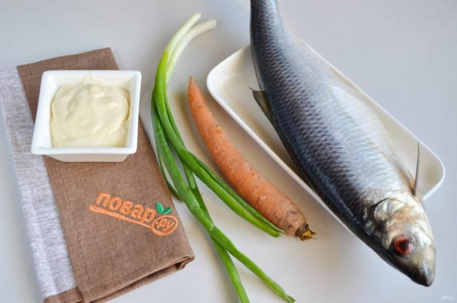 1. Подготовьте продукты. Отварите заранее морковь, остудите ее и очистите.