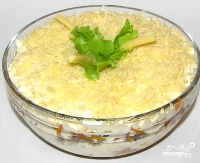 Смазываем майонезом, посыпаем натертым сыром, украшаем и подаем к столу.