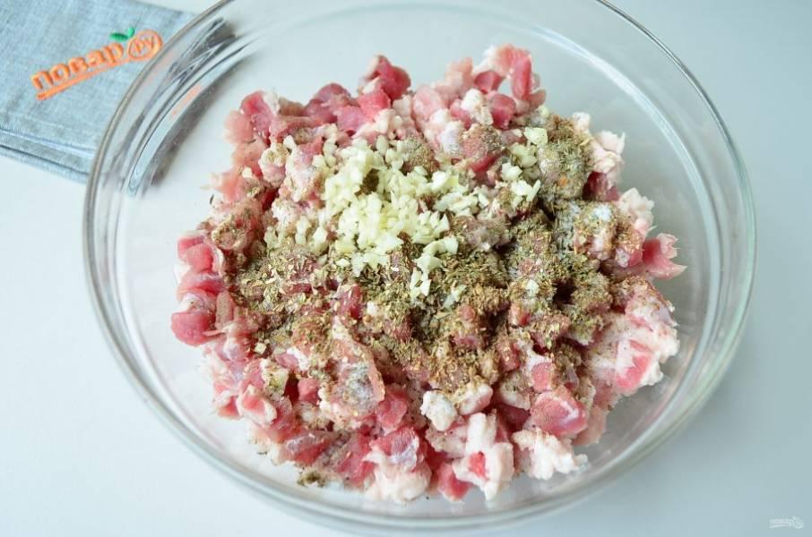 3. Добавьте соль, специи, мелко рубленный чеснок, перемешайте тщательно. Я добавляю еще неполный стакан ледяной воды, мясо быстро ее впитывает и получается более сочным.