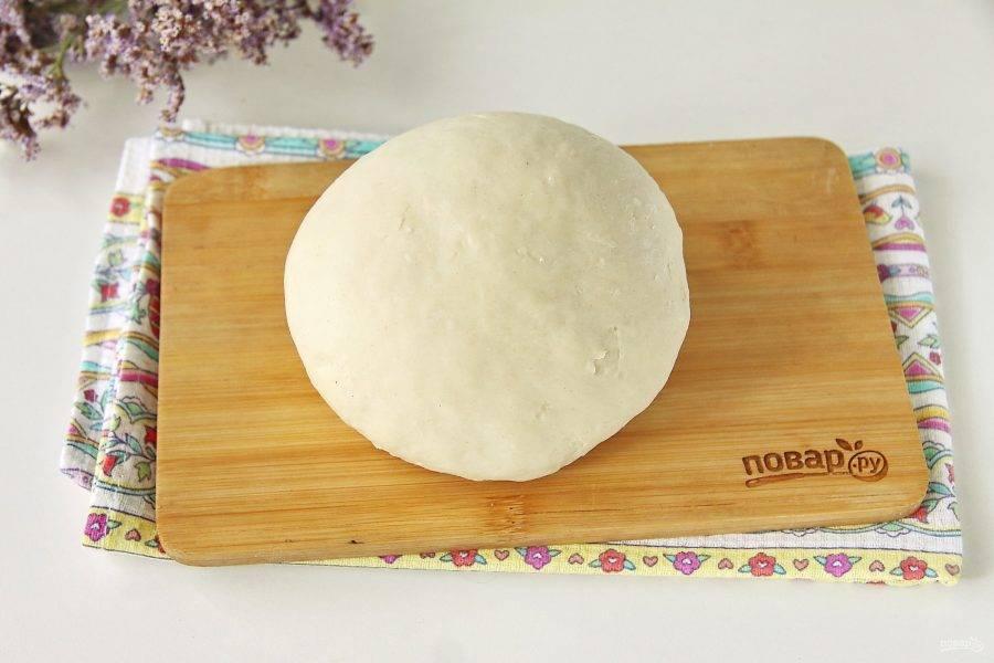 Возможно муки уйдет чуть больше или меньше чем указано в рецепте. Главное, вымесить тесто на столе до полной гладкости, пока оно не перестанет прилипать к рукам и столу.