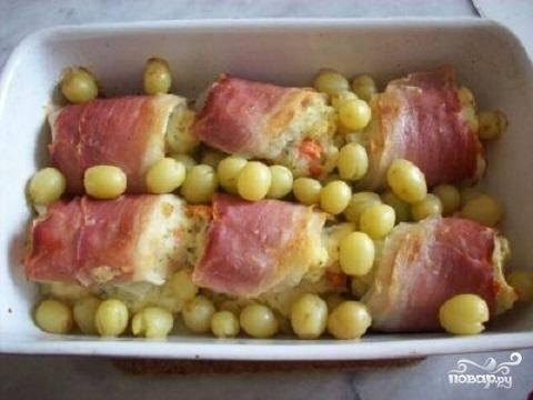 6.Разогрейте духовку до 200 градусов и поставьте форму в духовку на 15 минут. Вытащите форму из духовки и обсыпьте рыбу виноградом. Поставьте в духовку еще минут на 5. Рыбка готова.