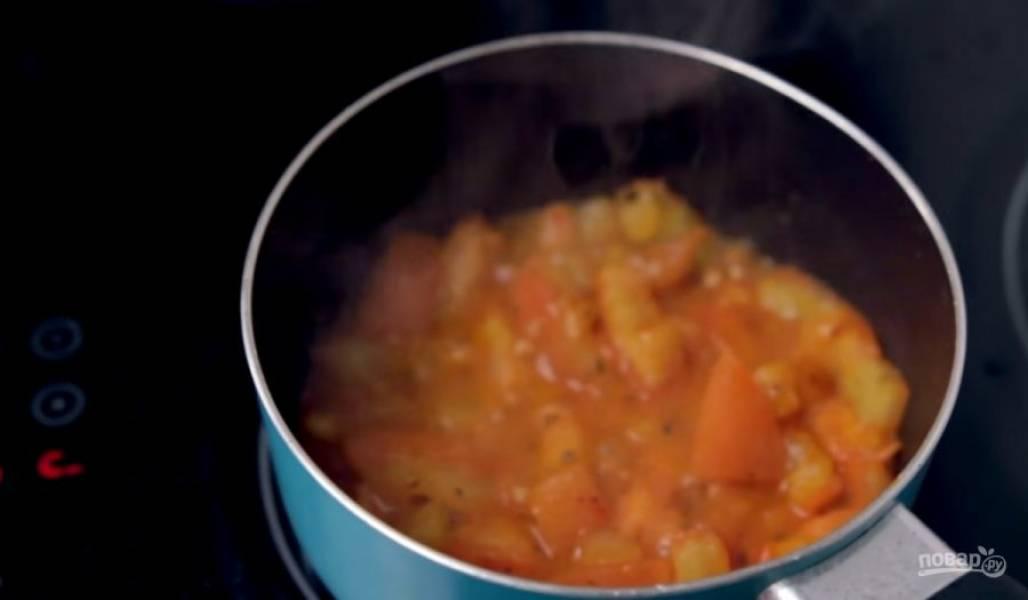 3. Приготовьте соус: на разогретом растительном масле обжарьте прованские травы и сушеный чеснок, затем добавьте нарезанные небольшими кубиками помидоры. Добавьте сахар, посолите и добавьте паприку для цвета.