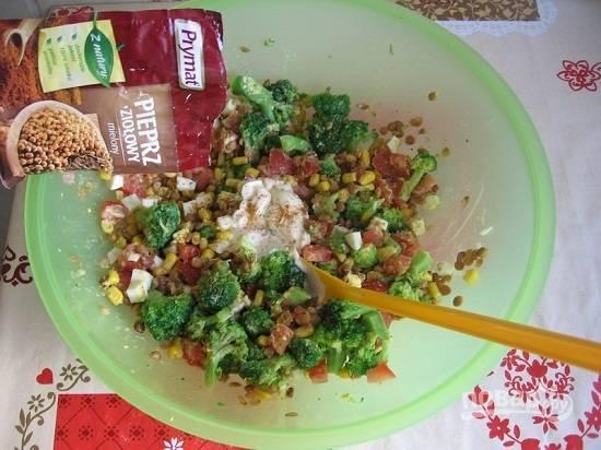 Добавляем соль, перец, приправы и майонез. Перемешиваем салат.