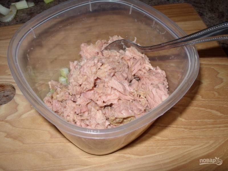 2.Откройте банку консервированного тунца и разомните его вилкой, выложите в миску к сельдерею.
