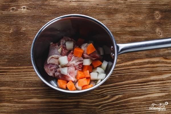 3. Лук, морковь и курочку отправьте в сотейник с небольшим количеством растительного масла. Обжарьте минут 10 на среднем огне, помешивая. Добавьте для пикантности чеснок, пропущенный через пресс.