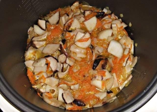 Продолжаем жарить их вместе с овощами до окончания режима с открытой крышкой.