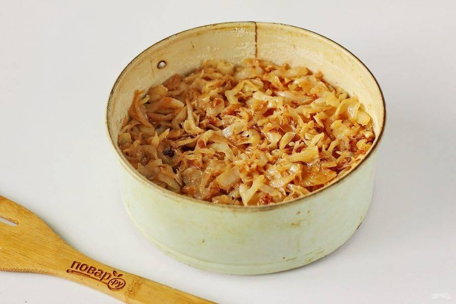 Форму для выпечки смажьте маслом (у меня форма размером 18 см. в диаметре). Дно и бока обсыпьте мукой или манкой. Тесто зрительно разделите на 2 равные части. Одну часть вылейте в форму и сверху равномерно распределите начинку.