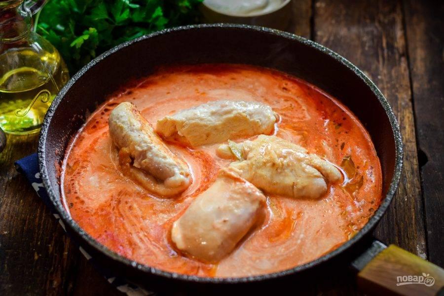 Смешайте воду, томатную пасту и сметану. Тушите в соусе крученики 20 минут.