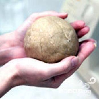 2.Придаем тесту форму шара и оборачиваем полиэтиленовой пленкой. Минут на 30 ставим в холодильник.